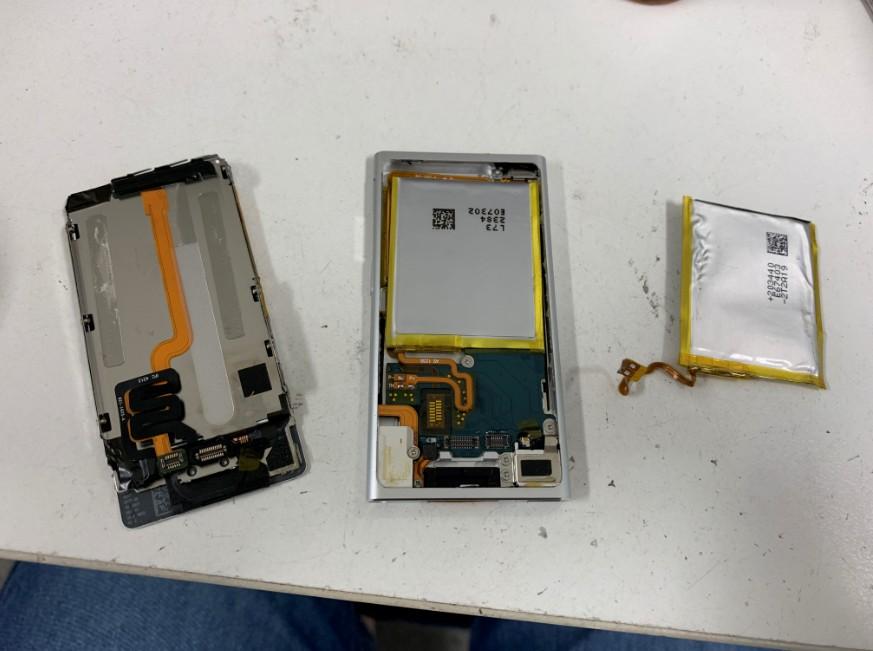 液晶画面からバッテリーを剥がしたiPod nano第7世代