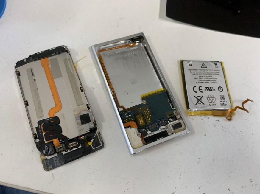 バッテリーを画面から剥がしたアイポッドナノ第7世代