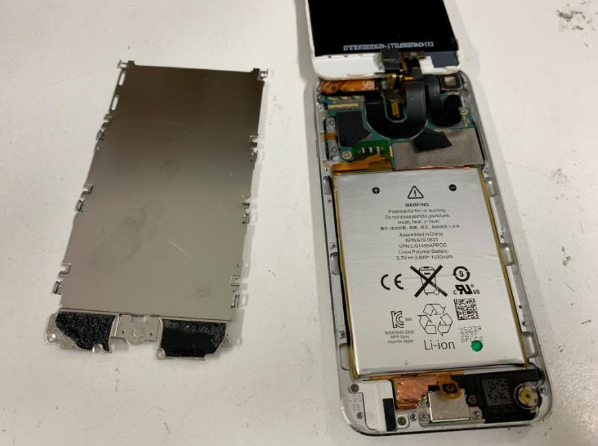 本体内の銀のプレートを剥がしたiPod touch5