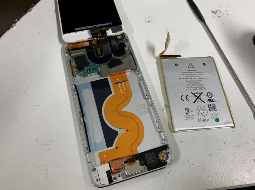 本体からバッテリーを剥がしたiPod touch5