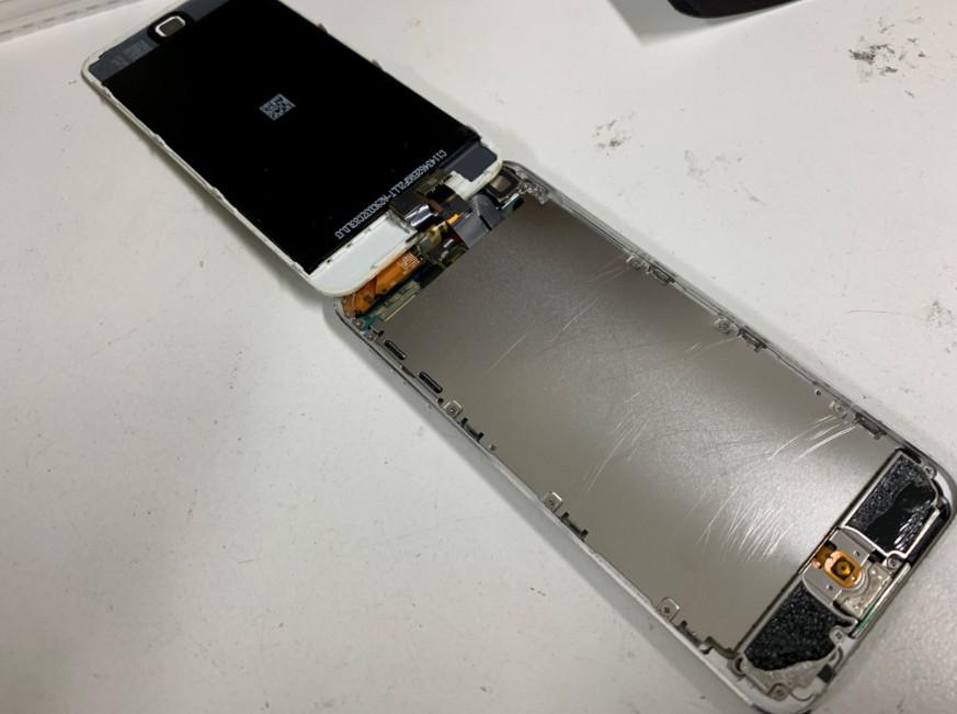 画面を開いて分解途中のiPod touch5