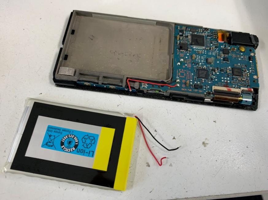 古いバッテリーを取り出したウォークマン NW-A855