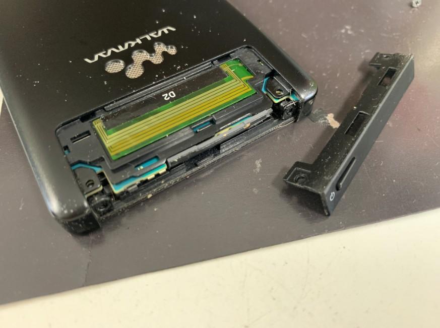 本体上部のプラスチックパーツをさらに外したNW-F886