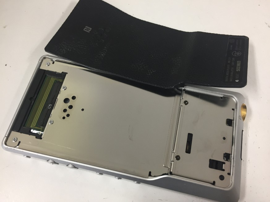 背面を剥がしたNW-ZX1