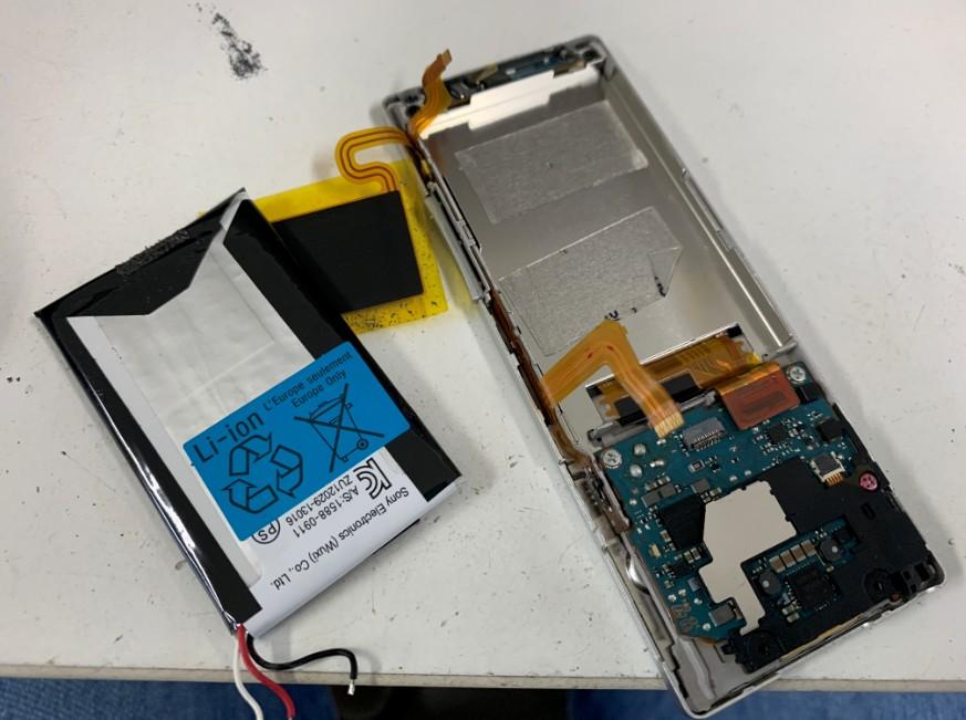 本体から電池を取り出したWALKMAN NW-A17