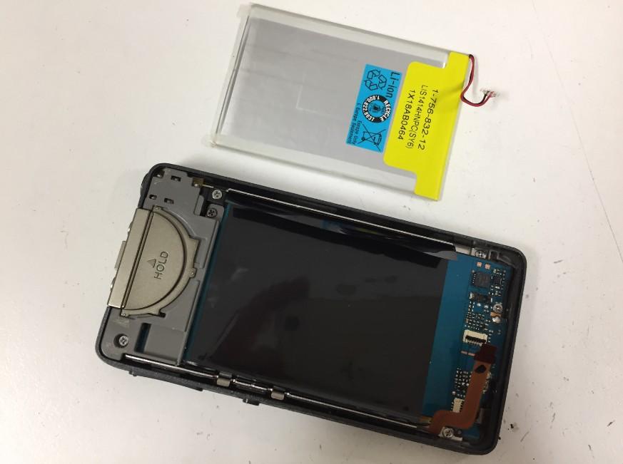 内蔵バッテリーを取り出したウォークマン NW-X1060
