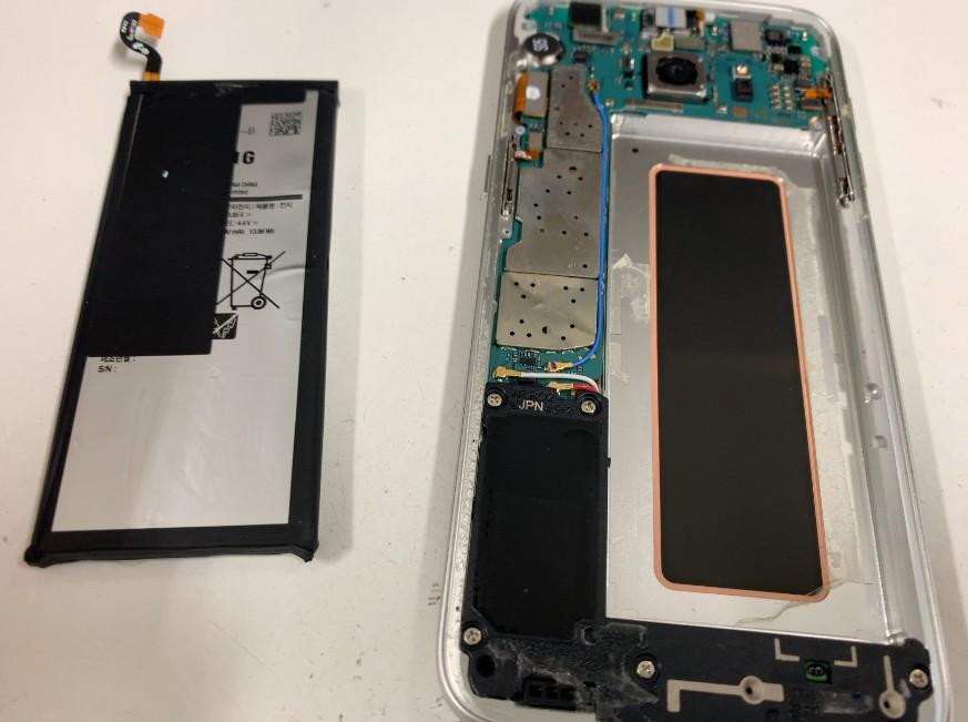 内蔵バッテリーを取り出したGalaxyS7Edge