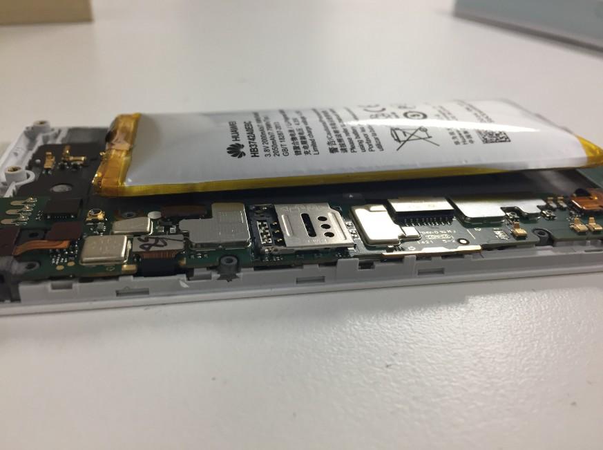 膨張したバッテリーがむき出しになったHUAWEI AscendG6