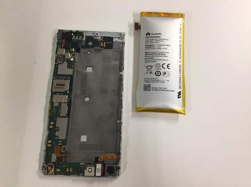 膨張したバッテリーを本体から剥がしたHUAWEI AscendG6