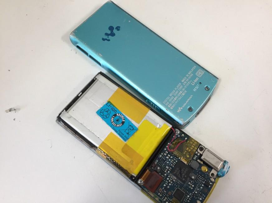 背面パネルを取った分解したウォークマン NW-S644