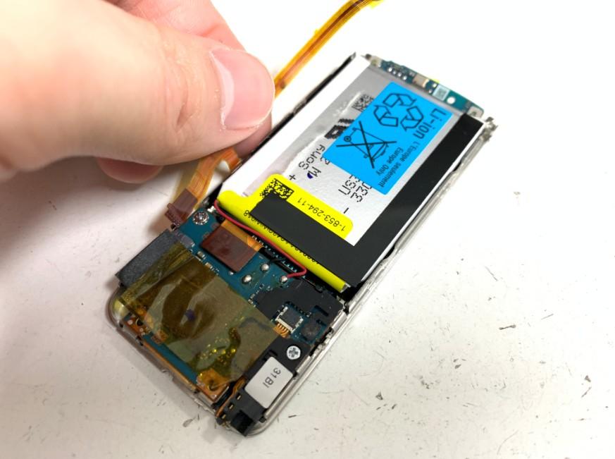 バッテリーからケーブルを剥がしたウォークマンNW-S784