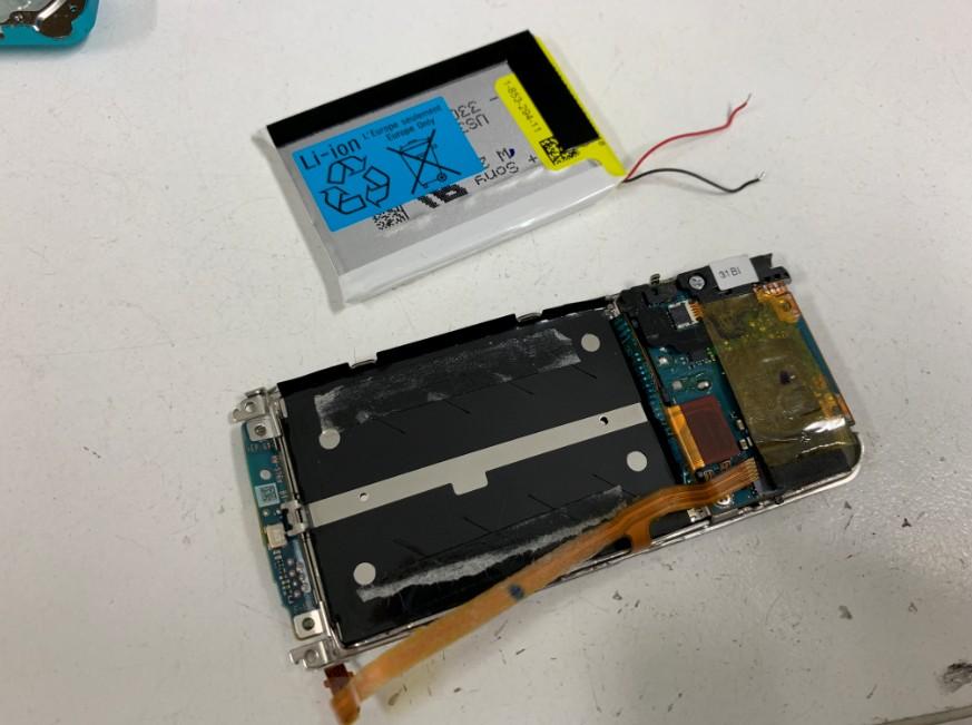 バッテリーを取り出したウォークマンNW-S784