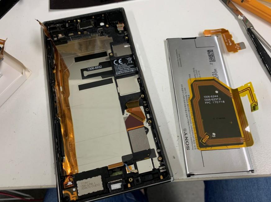 バッテリーを剥がしたXperia XZ Premium(SO-04J)