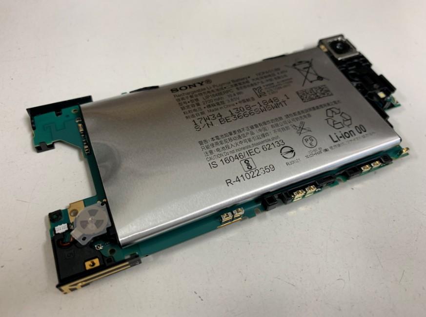 基盤裏に張り付いたXperia XZ1 Compact(SO-02K)の膨張したバッテリー