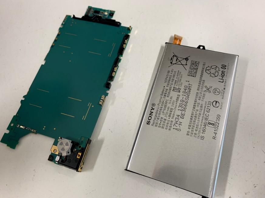膨張したバッテリーを基盤から剥がしたXperia XZ1 Compact(SO-02K)