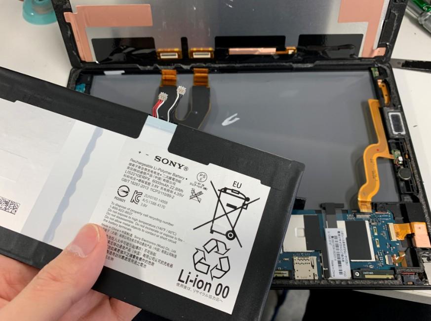 バッテリーを本体から取り出したXperia Z4 Tablet
