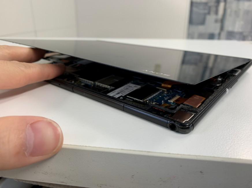 液晶画面を剥がしたXperia Z4 Tablet