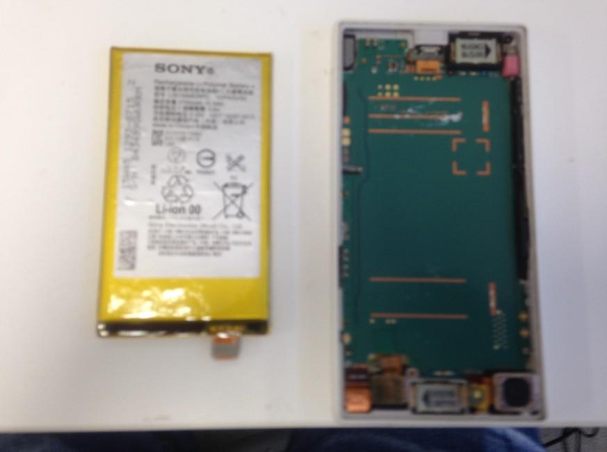 バッテリーを剥がして取り出したXperia Z5 compact