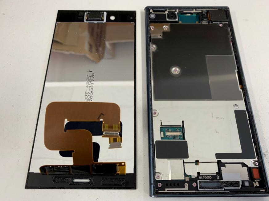 液晶画面を本体から外したXperiaXZ1(SO-01K)