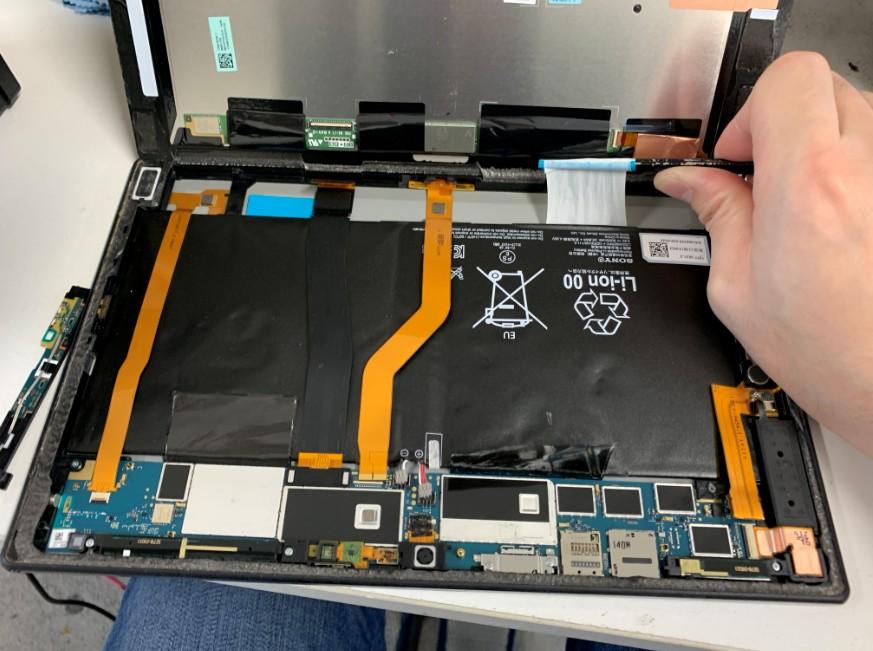 バッテリーを固定しているシールを剥がしているXperiaZ2Tablet