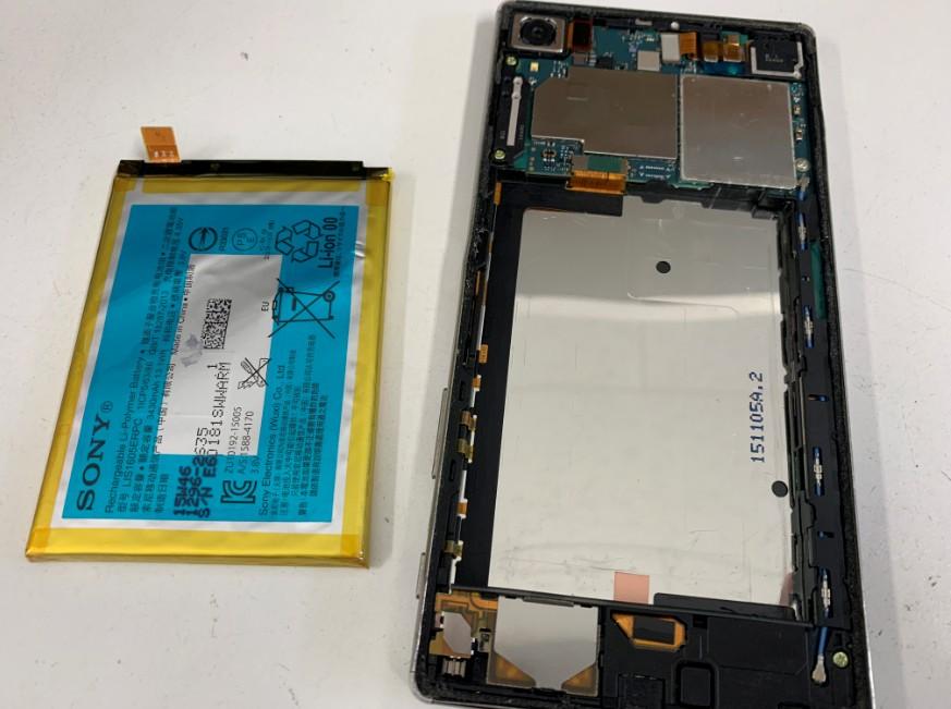 内蔵バッテリーを本体から剥がしたXperiaZ5premium(SO-03H)
