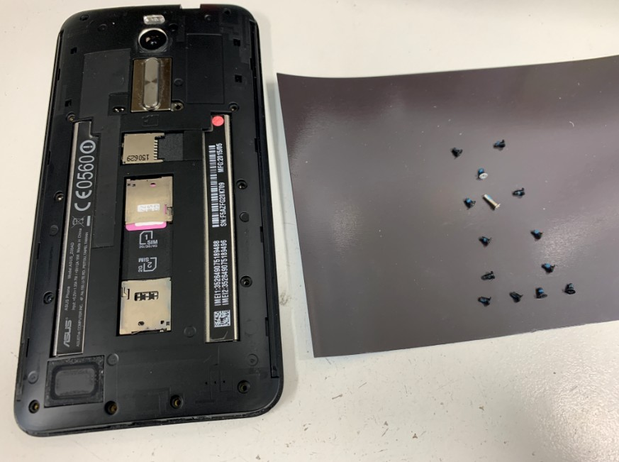 背面パネルを止めたネジを外したZenfone2(ZE551MK)