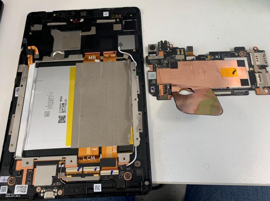 基盤を本体から取り出したZenpad(Z581KL)