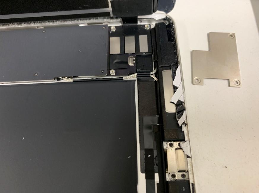 液晶画面を止めたプレートを剥がしたiPadPro9.7