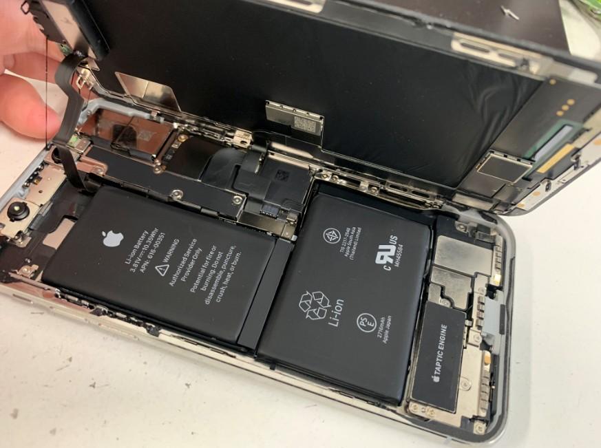 画面を剥がして分解したDIGNO G(602KC)が車に轢かれてしまって液晶画面が粉々に割れてしまい全く操作出来ないということで修理依頼を頂きました。 車に轢かれた602KC この通りガラスが所々剥がれて本体内部が見えてしまっています。 この中からどうしてもデータを抽出したい、ということでした。 車に轢かれてしまってもスマートフォンはそう簡単に本体内部まで壊れてしまうことがないのでぜひ諦めずにスマホスピタル町田へお持ちください! 背面パネルを剥がした602KC まずは背面パネルを剥がします。 背面パネルを完全に剥がして分解中の そして特殊ネジを外して内部のパネルも剥がします。 するとこのような構造になっています。 バッテリーと基盤を取り出し、正常な画面パーツへ全て載せ替えます! 本体を組み上げて動作確認を行うと・・・ 画面交換修理後の操作出来るようになった602KC 画面の表示がかなり暗くなってしまっていますが、データ移行出来るようになりました! この後、無事必要なデータを全て移行し終わりました! スマホスピタル町田なら他店では受け付けていないような変わった機種も幅広くカバーしております! お持ちのアンドロイドスマホの故障でお困りの際はぜひスマホスピタル町田へお越しください!