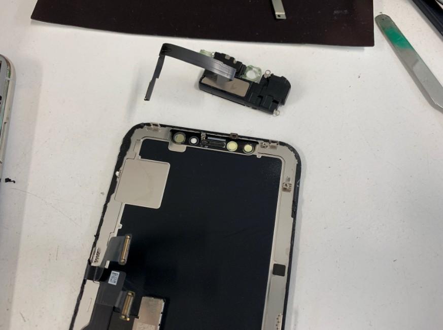 画面パーツについたイヤースピーカーを外したDIGNO G(602KC)が車に轢かれてしまって液晶画面が粉々に割れてしまい全く操作出来ないということで修理依頼を頂きました。 車に轢かれた602KC この通りガラスが所々剥がれて本体内部が見えてしまっています。 この中からどうしてもデータを抽出したい、ということでした。 車に轢かれてしまってもスマートフォンはそう簡単に本体内部まで壊れてしまうことがないのでぜひ諦めずにスマホスピタル町田へお持ちください! 背面パネルを剥がした602KC まずは背面パネルを剥がします。 背面パネルを完全に剥がして分解中の そして特殊ネジを外して内部のパネルも剥がします。 するとこのような構造になっています。 バッテリーと基盤を取り出し、正常な画面パーツへ全て載せ替えます! 本体を組み上げて動作確認を行うと・・・ 画面交換修理後の操作出来るようになった602KC 画面の表示がかなり暗くなってしまっていますが、データ移行出来るようになりました! この後、無事必要なデータを全て移行し終わりました! スマホスピタル町田なら他店では受け付けていないような変わった機種も幅広くカバーしております! お持ちのアンドロイドスマホの故障でお困りの際はぜひスマホスピタル町田へお越しください!