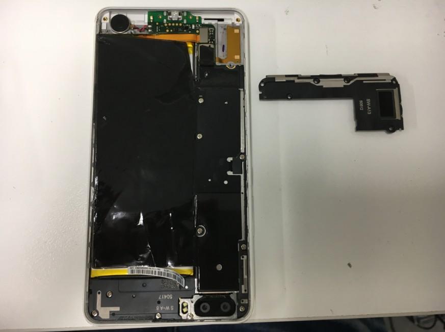 背面パネルを剥がして分解中のhonor6Plus
