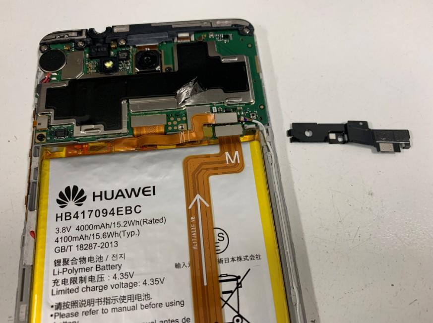 バッテリーを止めているプレートを外したHUAWEI Mate7