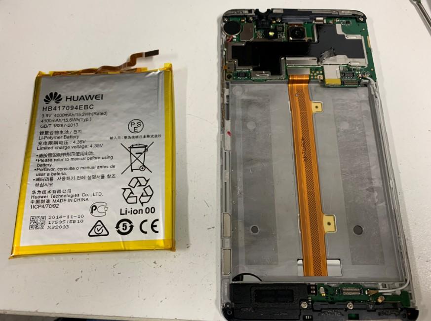 内蔵バッテリーを本体から取り出したHUAWEI Mate7