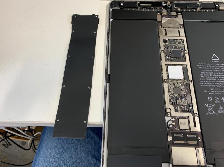 基盤上の黒いプレートを剥がしたiPadPro10.5