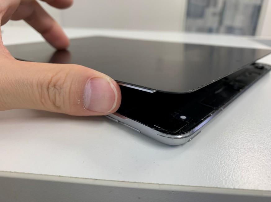 ガラスを剥がして画面が浮いたiPadPro10.5
