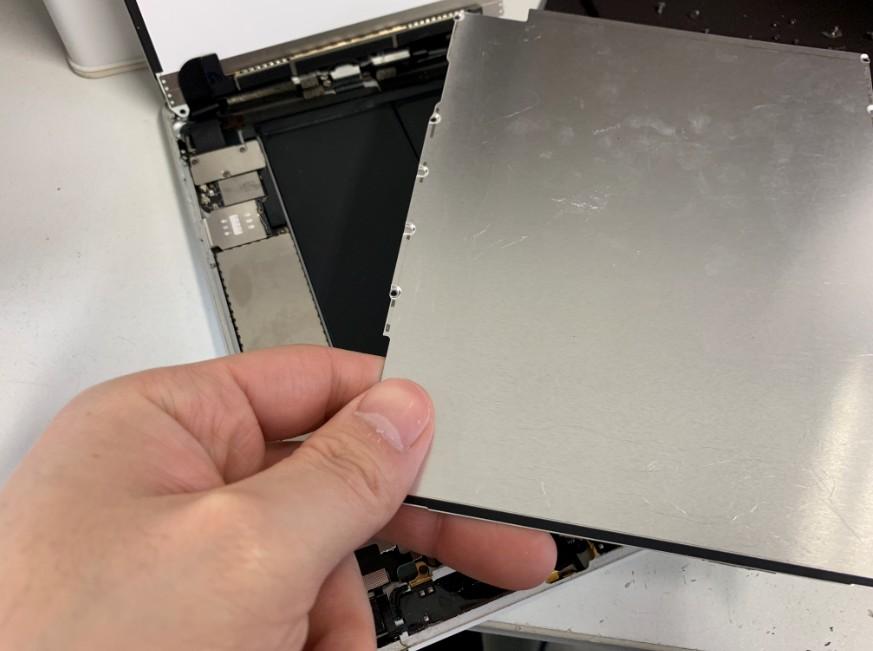 内部の銀のプレートを剥がしたiPadmini2