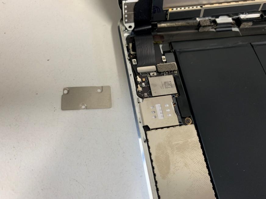 画面のコネクタを外したiPadmini2
