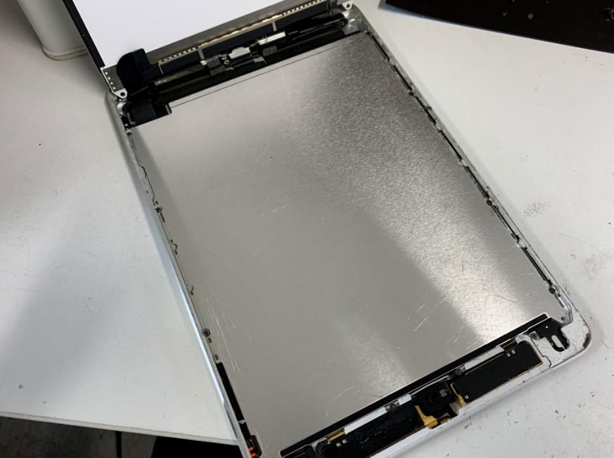 液晶を持ち上げたiPadmini2