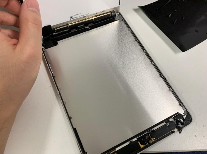 液晶画面を持ち上げたiPadmini3