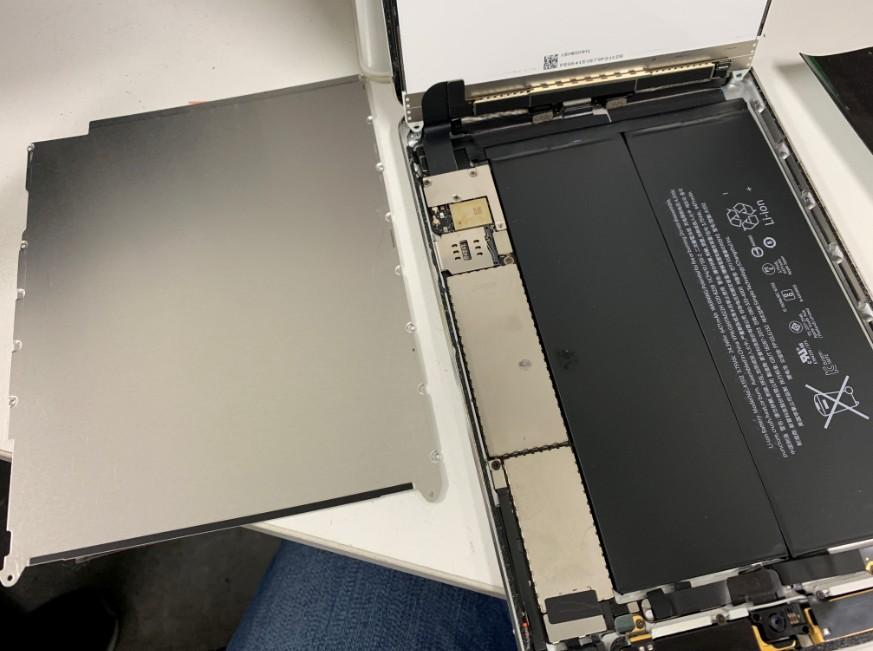 バッテリーと基盤を覆ったプレートを剥がしたiPadmini3