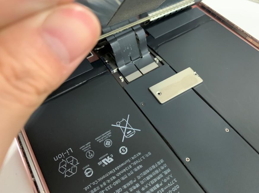 画面パーツを止めているプレートを外したiPadPro10.5