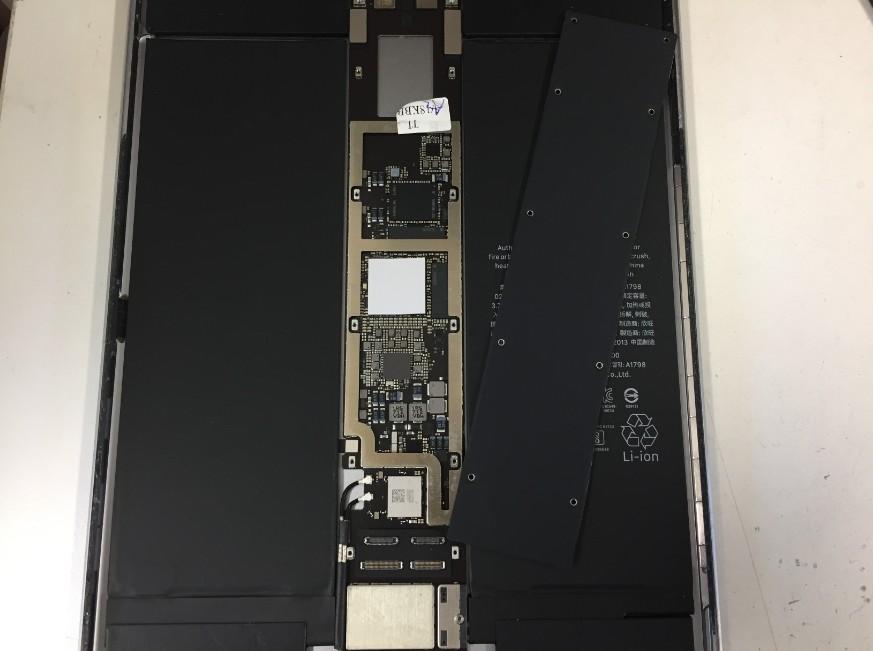 基盤上の黒いカバーを剥がしたiPadPro10.5