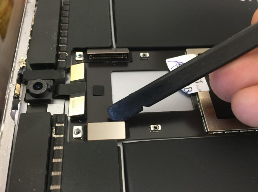 基板についたコネクタを外したiPadPro10.5