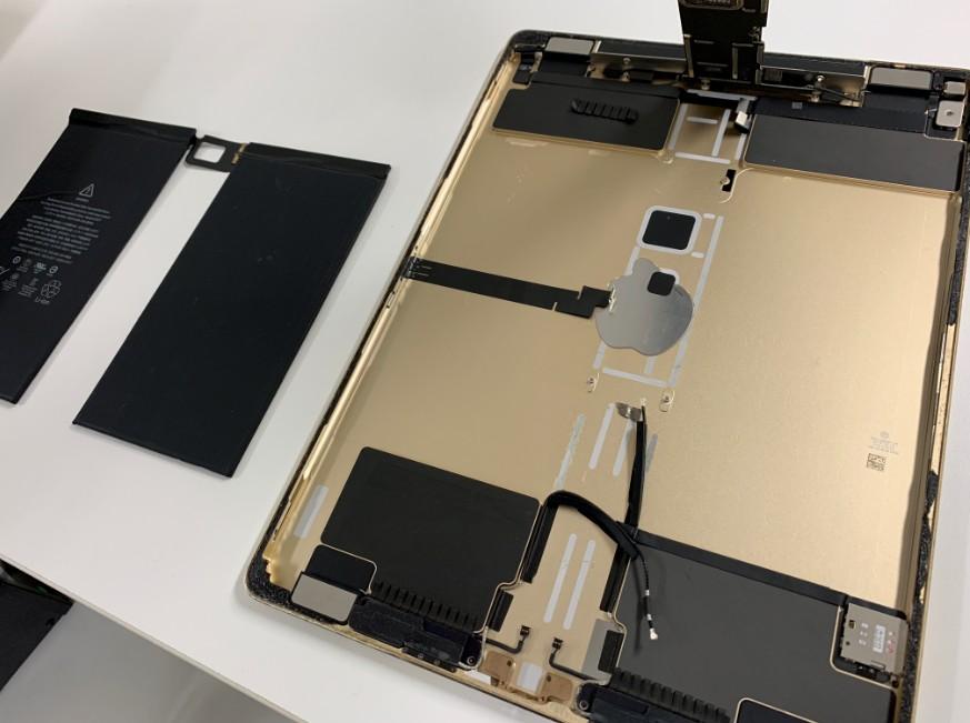 バッテリーを本体から剥がしたiPadPro12.9第1世代