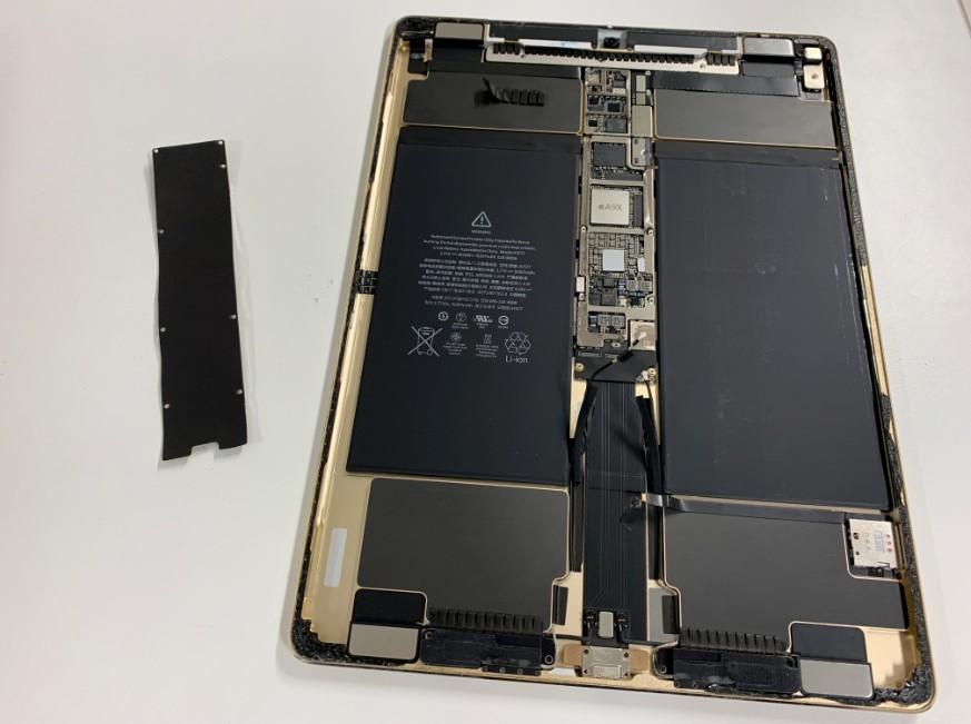 基盤を覆ったプレートを外したiPadPro12.9第1世代