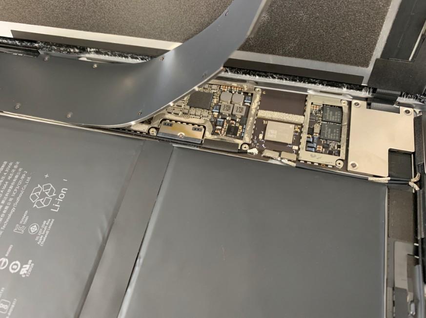 バッテリーを交換するためにプレートを剥がしたiPadPro9.7