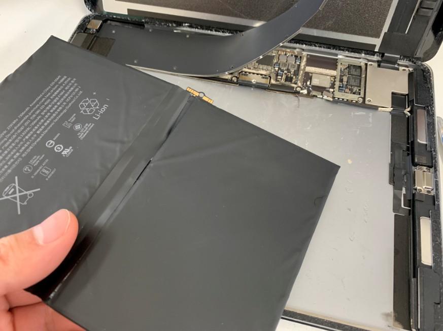 内蔵バッテリーを取り出したiPadPro9.7