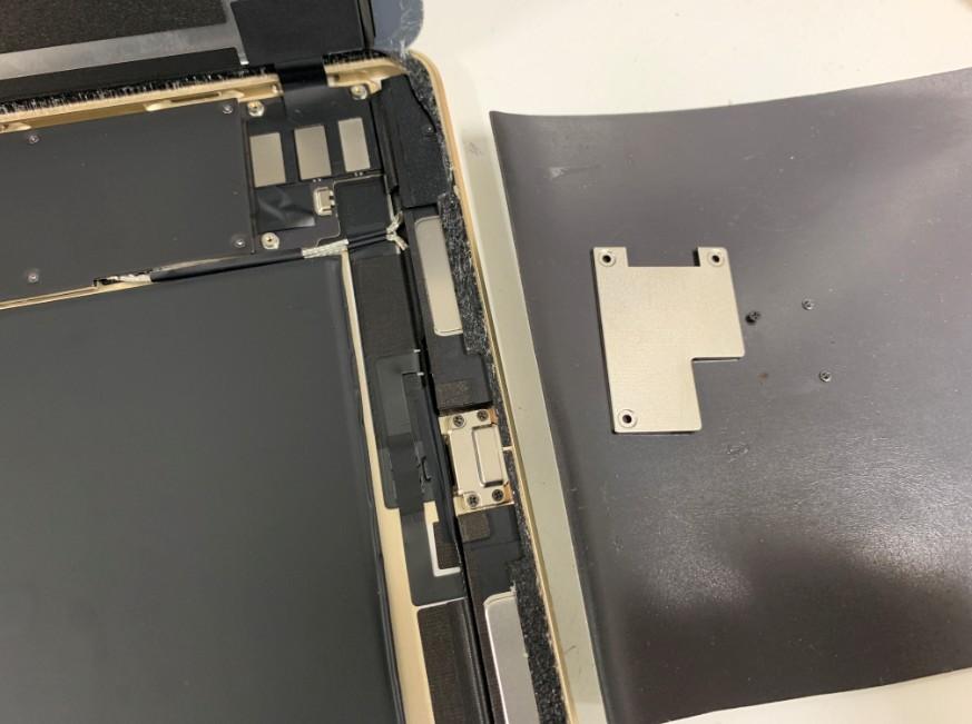 画面を止めているプレートを剥がしたiPadPro9.7