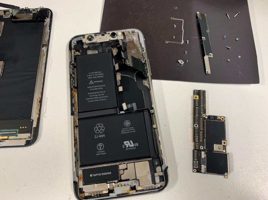 本体から基盤を取り出したiPhoneX