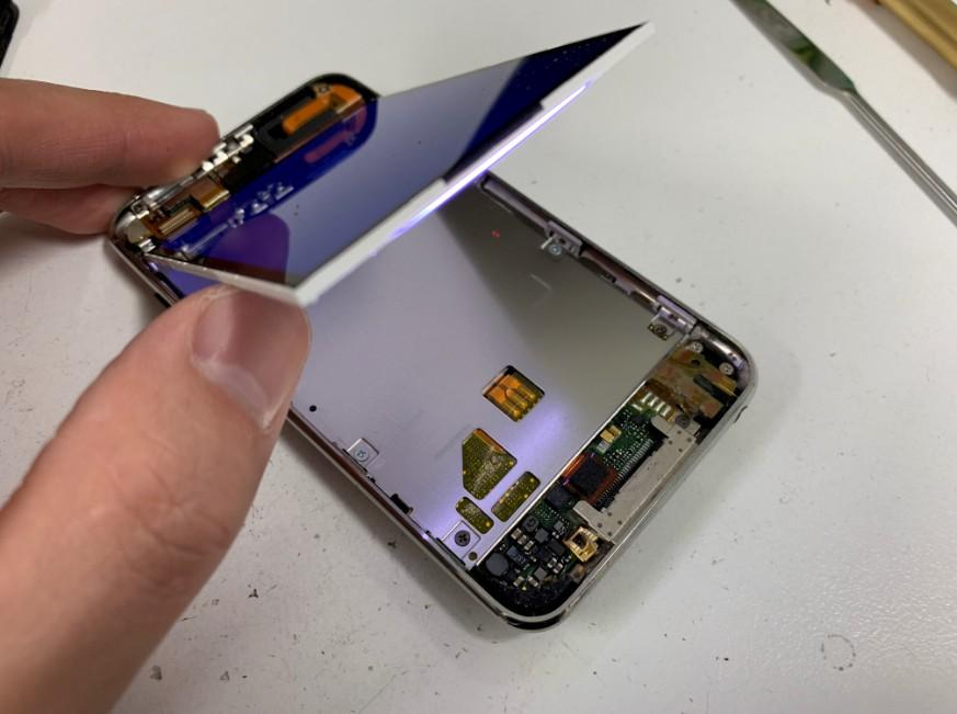液晶画面を剥がしたiPodtouch3
